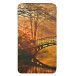 Otoño - puente viejo en parque brumoso del otoño bolsillo para móvil