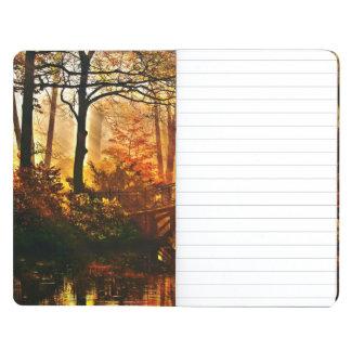 Otoño - puente viejo en parque brumoso del otoño cuaderno