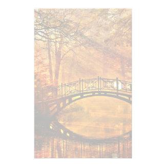 Otoño - puente viejo en parque brumoso del otoño papeleria de diseño