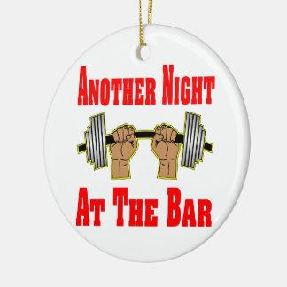 Otra noche en el levantamiento de pesas #3 de la adorno navideño redondo de cerámica