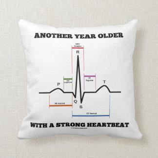 Otro año más viejo con un latido del corazón cojín
