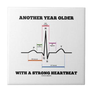Otro año más viejo con un latido del corazón fuert tejas  ceramicas