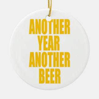 Otro año otra cerveza adorno navideño redondo de cerámica