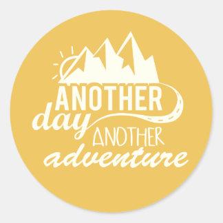 Otro día otra aventura pegatina redonda