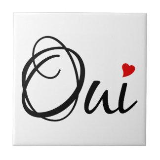 Oui, sí, arte francés de la palabra con el corazón azulejo cuadrado pequeño