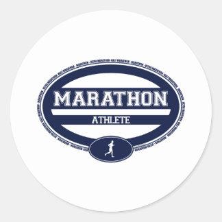 Óvalo del maratón para los atletas y los espectado etiquetas