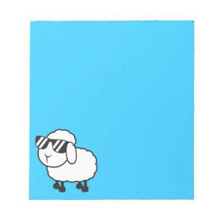 Ovejas blancas en dibujo animado de las gafas de blocs