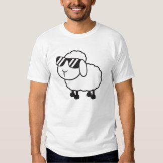 Ovejas blancas en dibujo animado de las gafas de remera
