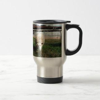 Ovejas blancas en la granja tazas de café