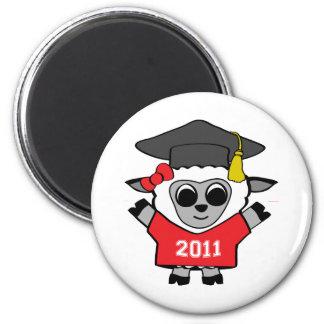 Ovejas del chica graduado rojo y del blanco 2011 imán redondo 5 cm