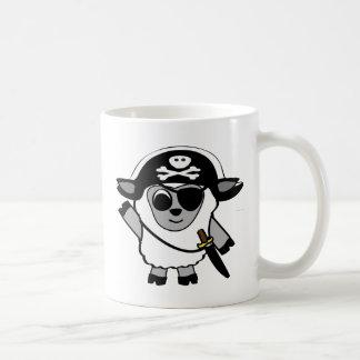 Ovejas del muchacho en traje del pirata taza de café