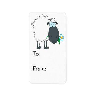 ovejas divertidas del dibujo animado con la flor etiqueta de dirección