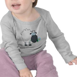 ovejas divertidas del dibujo animado con la flor camiseta