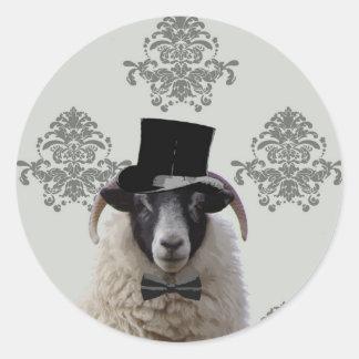 Ovejas divertidas del novio en sombrero de copa pegatina redonda