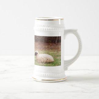 Ovejas en el prado - fotografía de la naturaleza d taza
