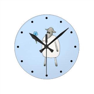 Ovejas en fondo azul reloj redondo mediano