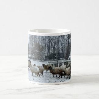 Ovejas - estación del invierno taza