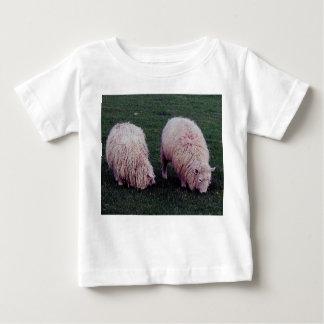 Ovejas largas de las lanas del pasto dos del sur playera para bebé