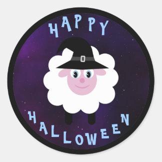 Ovejas lindas del feliz Halloween con el gorra de Pegatina Redonda