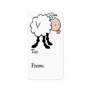ovejas lindas divertidas que pegan la lengua hacia etiquetas de dirección