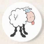 ovejas lindas divertidas que pegan la lengua hacia posavasos cerveza