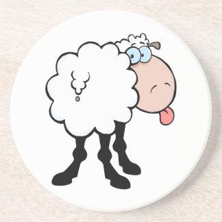 ovejas lindas divertidas que pegan la lengua hacia posavasos manualidades