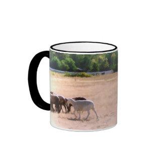 Ovejas que reúnen la taza de café de las