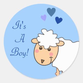 Overjoyed le los pegatinas de un bebé del muchacho pegatina redonda
