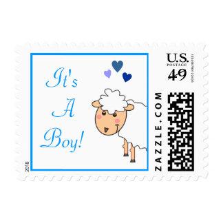 Overjoyed le un franqueo del muchacho sello postal