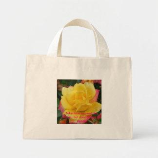 P1020414, tardan tiempo para oler los rosas, pero  bolsa de mano