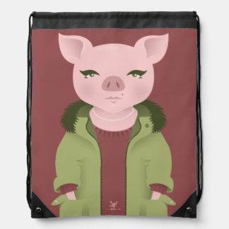 P está para el cerdo en un abrigo esquimal y con mochilas