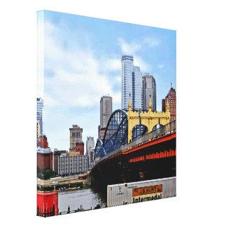 PA de Pittsburgh - Tren por el puente del St de Impresión En Lona Estirada