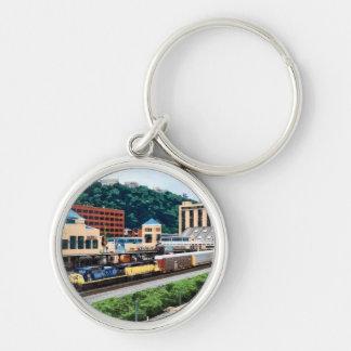 PA de Pittsburgh - Tren que va por el cuadrado de Llavero Redondo Plateado
