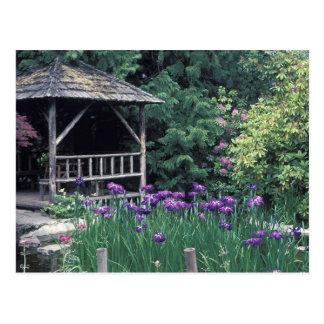 Pabellón de madera en el jardín hundido adentro tarjeta postal
