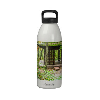 Pabellón japonés en el bosque botellas de beber
