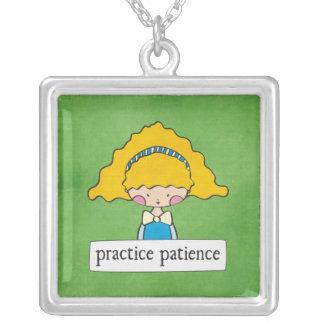 paciencia de la práctica - chica con un mensaje - colgante cuadrado
