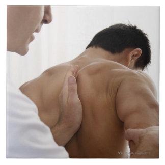 Paciente que recibe el tratamiento osteopático tejas  cerámicas