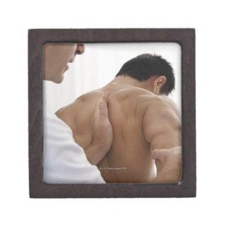 Paciente que recibe el tratamiento osteopático cajas de joyas de calidad