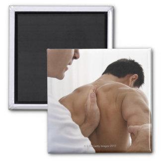Paciente que recibe el tratamiento osteopático iman