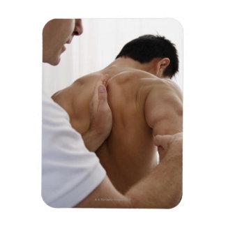 Paciente que recibe el tratamiento osteopático iman de vinilo