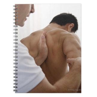 Paciente que recibe el tratamiento osteopático libretas espirales