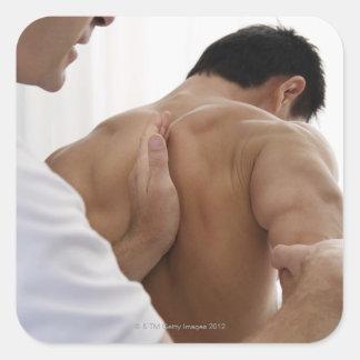 Paciente que recibe el tratamiento osteopático pegatinas