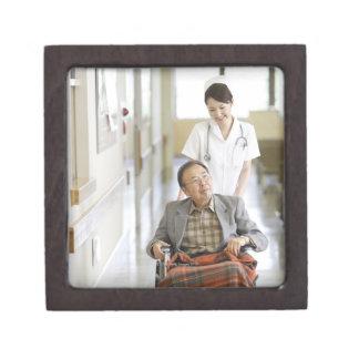 Paciente y enfermera cajas de regalo de calidad