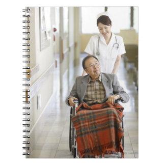 Paciente y enfermera libro de apuntes