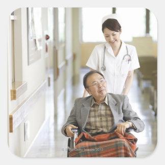 Paciente y enfermera pegatina cuadrada