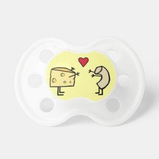 Pacificador del bebé del mac y del queso chupetes