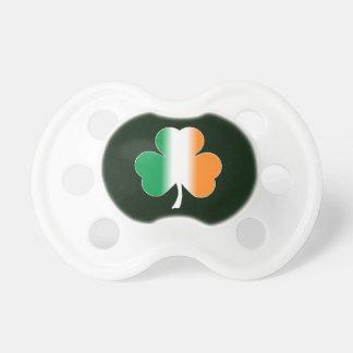 Pacificador irlandés del trébol de la bandera chupetes