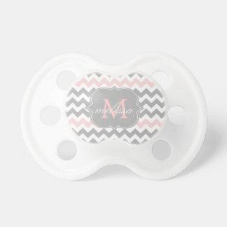 Pacificador rosado gris del monograma de Chevron Chupete De Bebé