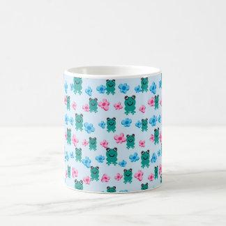 padrão com sapos e flores coffee mug