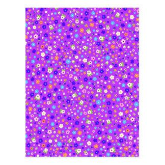 padrão de flores pequenas em fundo roxo postcard